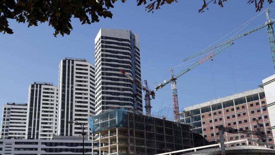 Un edificio en construcción junto a viviendas residenciales en Bilbao.