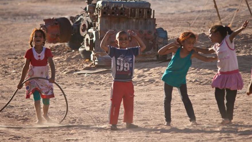 Un grupo de niños saharauis juega en un campamento de refugiados en Tinduf.   ALOUDA
