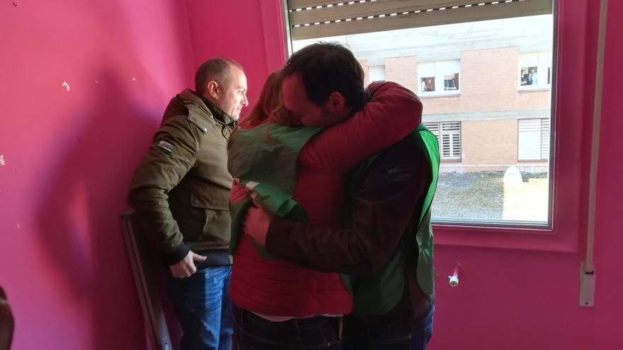 Rosa se abraza a un miembro de la PAH tras conocer que su desahucio se suspendía