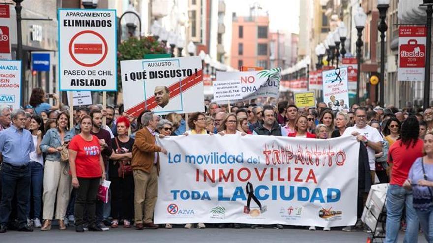 Manifestación contra los nuevos carriles bici y las obras de la Metroguagua en Las Palmas de Gran Canaria. EFE/Quique Curbelo.