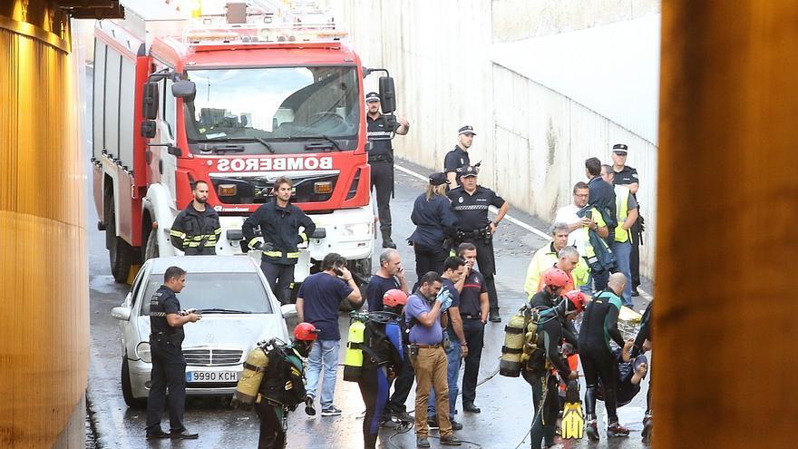 Bomberos rescatan el cadaver del un hombre atrapado en un túnel anegado por una importante tromba de agua en Almería /Foto: Rafael GOnzález (EP)