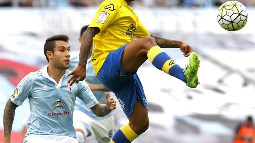 El jugador del Celta de Vigo Hugo Mayo (i) , pugna por un balón con el jugador del Las Palmas Jonathan Viera , en el partido de la liga jugado en el estadio de Balaidos .(EFE/ Salvador Sas)