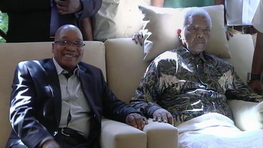 Nelson Mandela en su última aparición pública, el 29 de abril de 2013. Le acompaña el presidente sudafricano Jacob Zuma