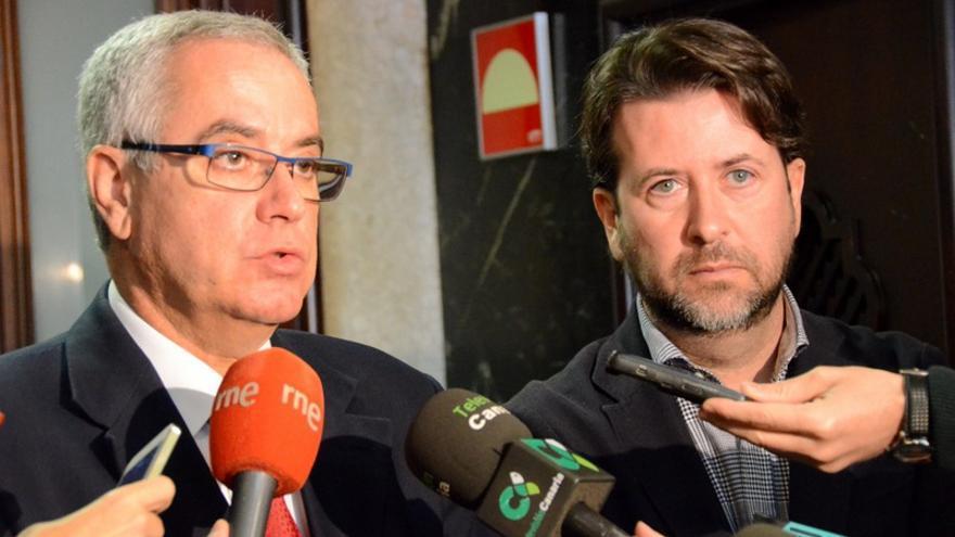El presidente del Cabildo de Tenerife, Carlos Alonso (d) y el presidente de Fepeco, Óscar Izquierdo