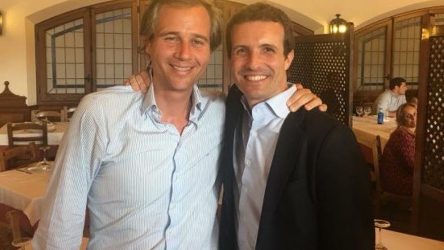 El alcalde de Boadilla, Antonio González Terol, con el presidente del PP, Pablo Casado. / @AglezTerol