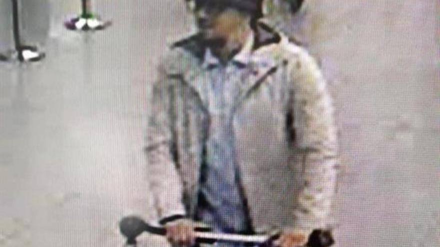Fotografía facilitada por la policía belga sacada de una de las cámaras de seguridad del aeropuerto de Zaventem que muestra a uno de los sospechosos del atentado