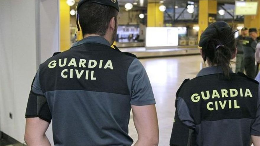 Archivo - Imagen de recurso de agentes de la Guardia Civil en el aeropuerto Adolfo Suárez Madrid-Barajas.