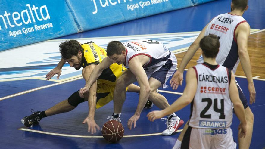 Lampropoulos y Pumprla pungnan por el balón en un lance del partido./ Á. Pérez (ACB Photo)