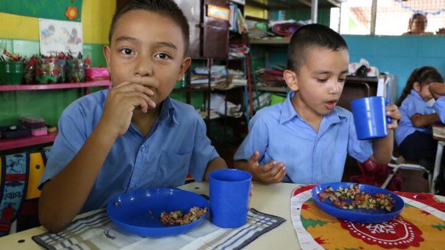 Niños comiendo un plato en el marco preparado en el marco del programa Escuelas Sostenibles