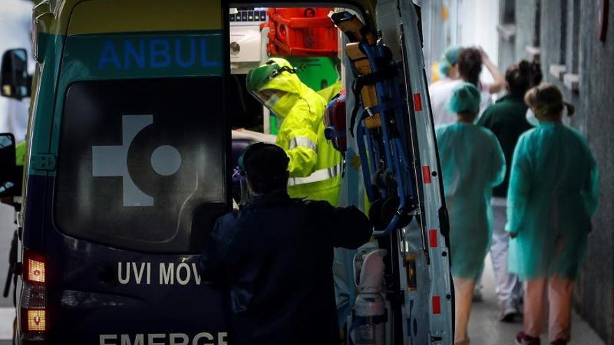 Una ambulancia llega este viernes al Hospital Donostia.