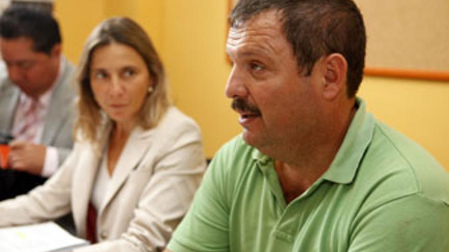 Rafael Hernández, bajo la atenta mirada de la consejera Pilar Merino. (ACFI PRESS)