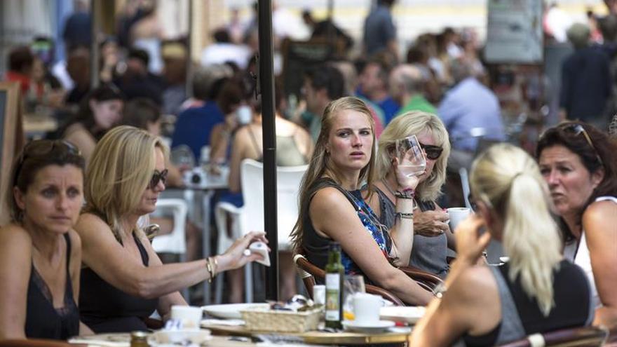 El turismo extranjero sigue creciendo en 2017 pero a menor ritmo, según BBVA