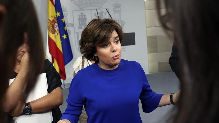 S.Santamaría insta a Puigdemont a no escudarse en la calle y reflexionar