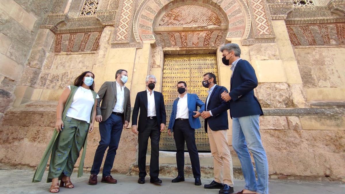 Suárez Illana (3º izda.), junto a responsables del PP andaluz y cordobés ante la Mezquita-Catedral de Córdoba.