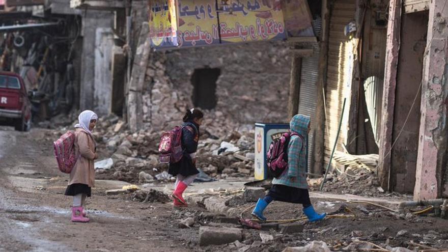 Niños camino al colegio