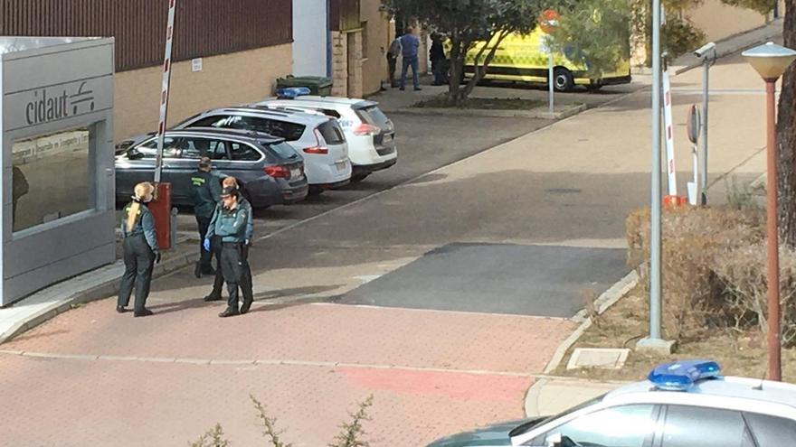 La Guardia Civil y efectivos sanitarios ante la sede de Cidaut en Boecillo.