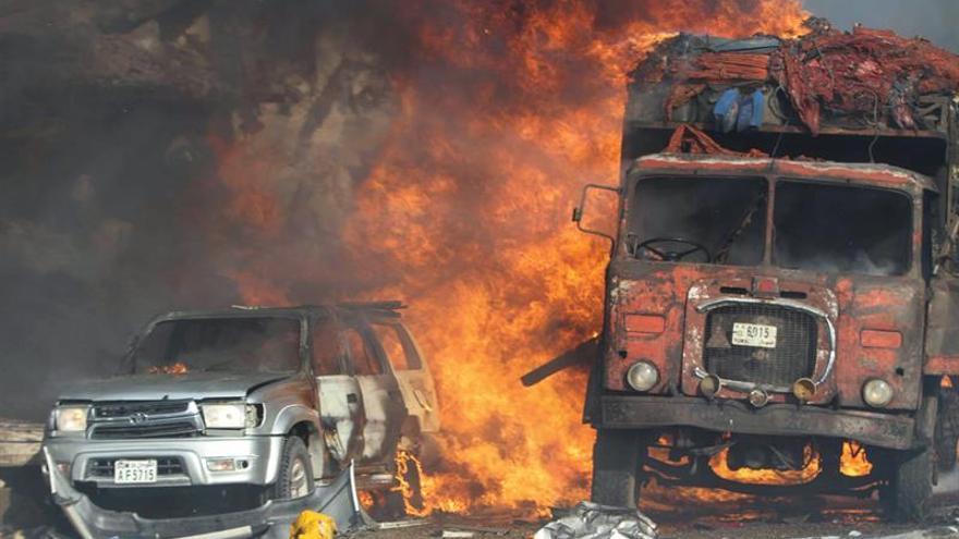 Varios vehículos arden tras la explosión registrada ante el hotel Safari de Mogadiscio, Somalia