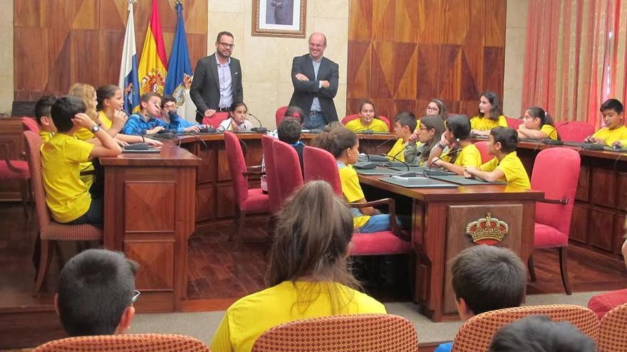 En la imagen, alumnos de sexto de Primaria del CEIP Gabriel Duque Acosta, en el salón de plenos del Cabildo, con Anselmo Pestana y Jordi Pérez. Foto: Cabildo de La Palma.