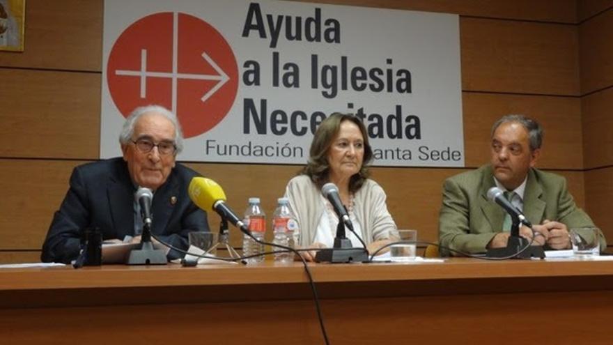 Javier Menénez Ros, presidente de Ayuda a la Iglesia Necesitada, a la derecha