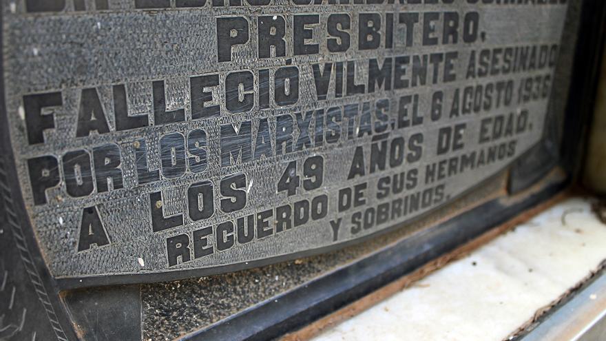 Lápida en un cementerio sevillano de una víctima de la violencia izquierdista en la guerra civil. | JUAN MIGUEL BAQUERO