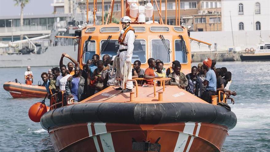 Llega una patera con 52 personas a bordo al puerto de Málaga