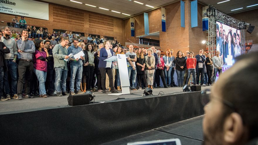 Pablo Echenique (Podemos) observa a los miembros del nuevo partido de En Comú