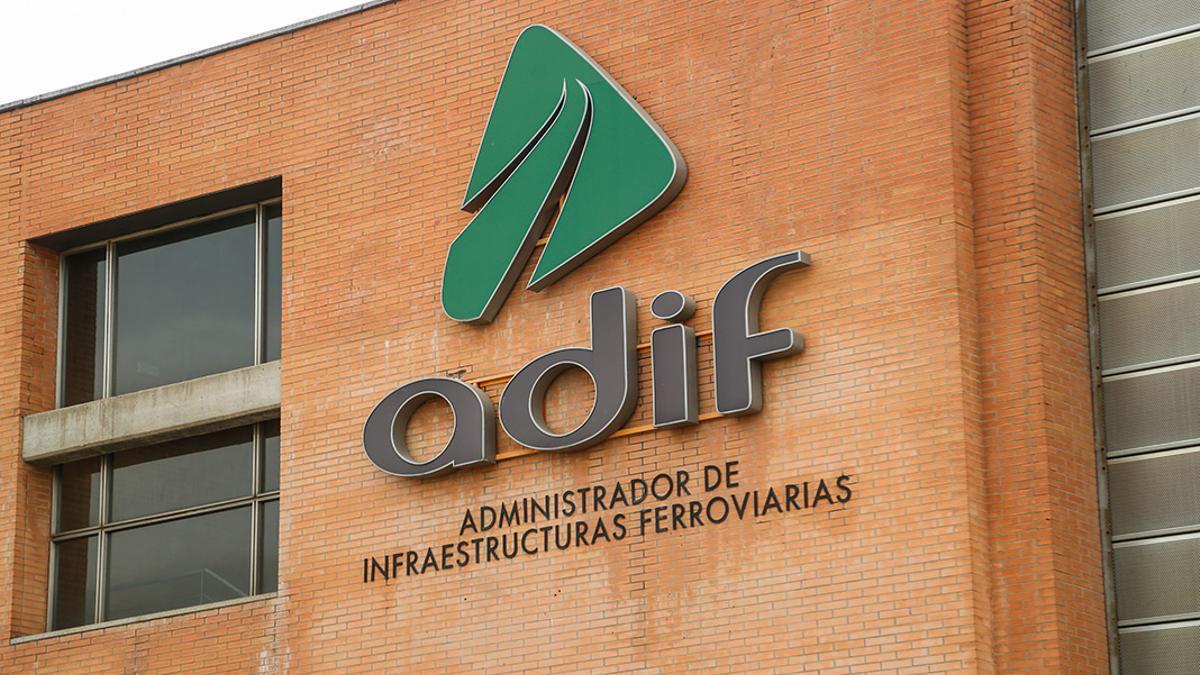 Logo de ADIF en la estación de tren en Córdoba | ÁLEX GALLEGOS