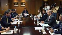 El consejero de Economía del Gobierno de Canarias, Pedro Ortega (2d), y el jefe de la Oficina Económica de Moncloa, Álvaro Nadal (i), durante una reunión para analizar la propuesta de reforma de los aspectos económicos del Régimen Económico y Fiscal (REF) de las islas. EFE/Ángel Díaz