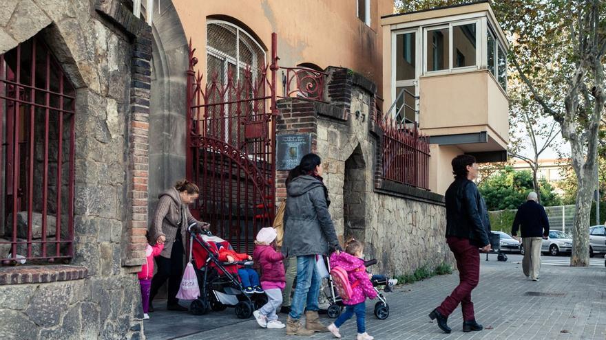 Los hijos de las reclusas salen de Wad-Ras andando hasta la guardería. /ENRIC CATALÀ