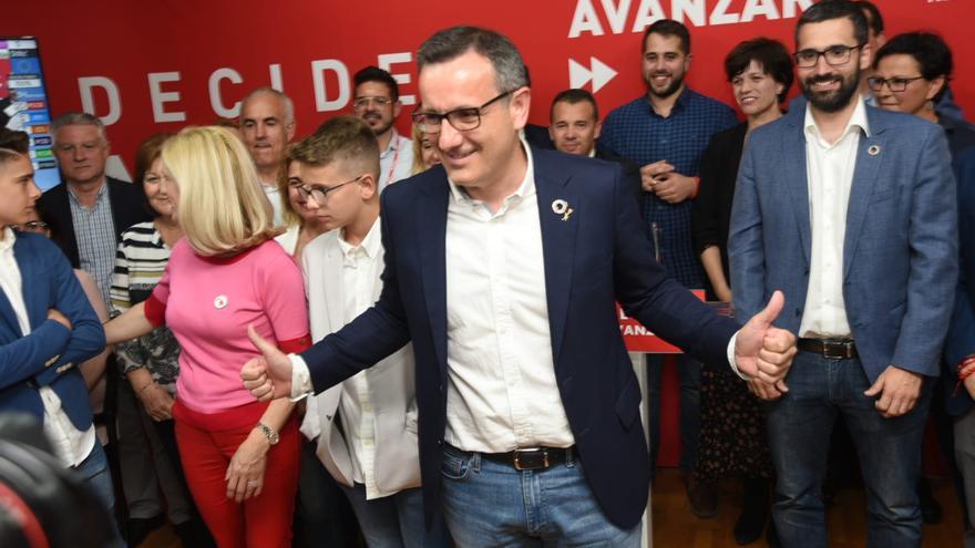 El candidato a la presidencia de Murcia por el PSOE, Diego Conesa, celebrando la ajustada victoria en las autonómicas del 26M