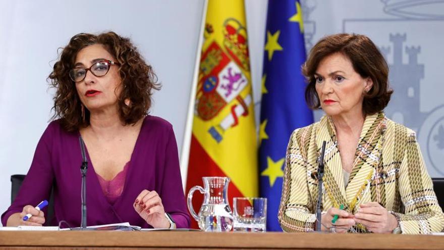María Jesús Montero y Carmen Calvo en la rueda de prensa posterior al Consejo de Ministros.