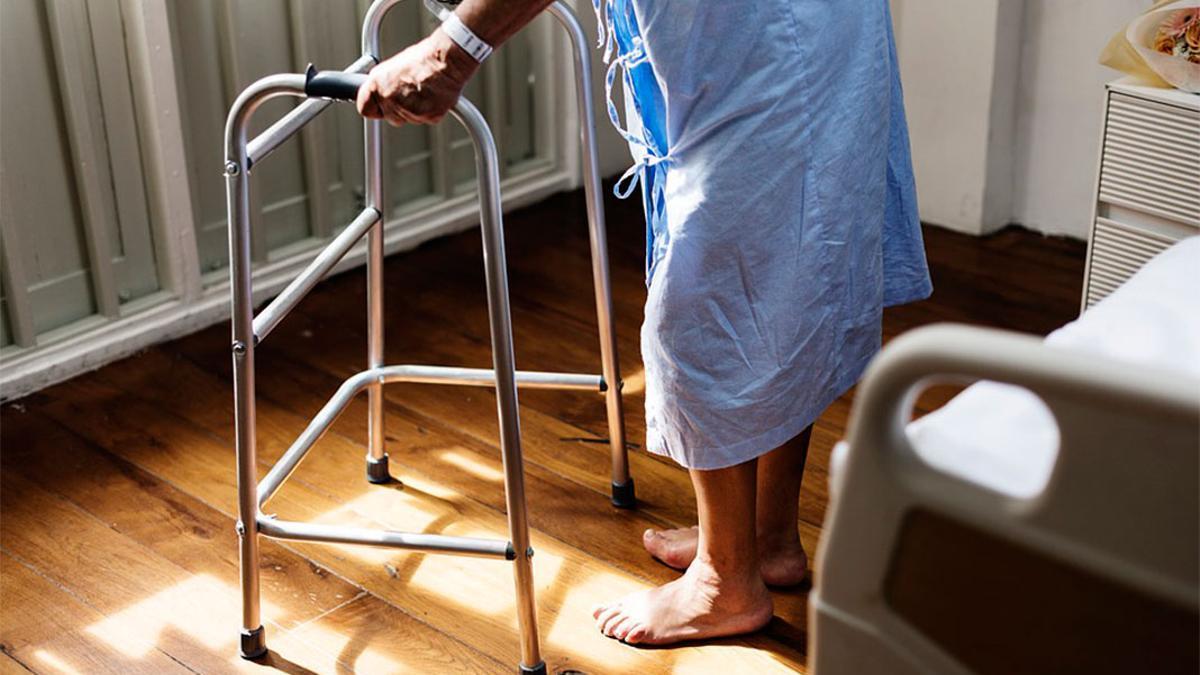 ancianos - Una anciana en un centro de mayores.