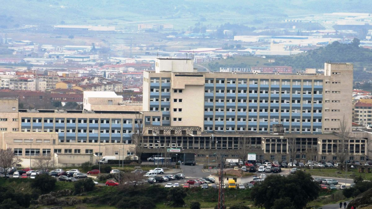 El hospital de Plasencia ha suspendido las visitas tras detectar dos positivos en la planta de Cirugía