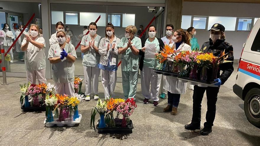 La Asociación de Floristas homenajea a sanitarios y policías con ramos de flores