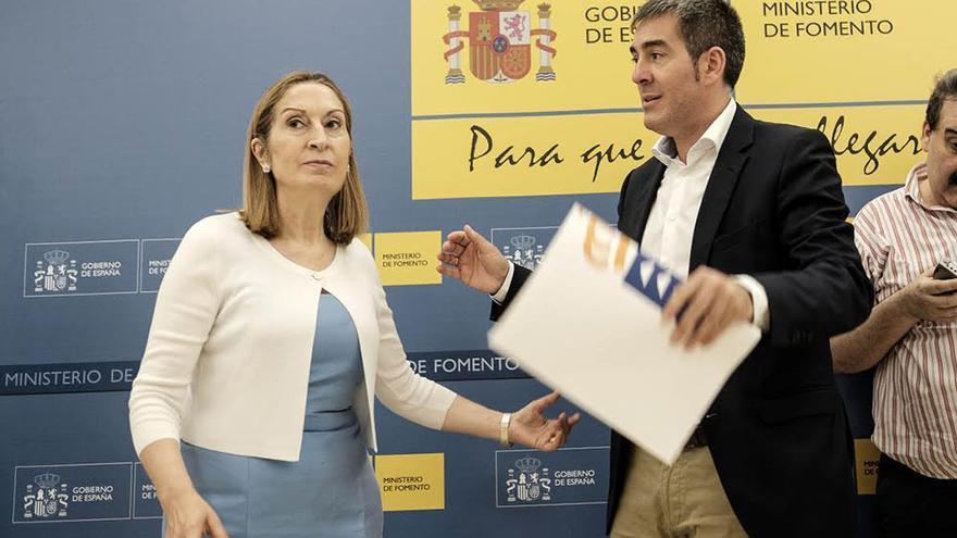 El presidente del Gobierno de Canarias, Fernando Clavijo, y la ministra de Fomento, Ana Pastor, en su primer encuentro.