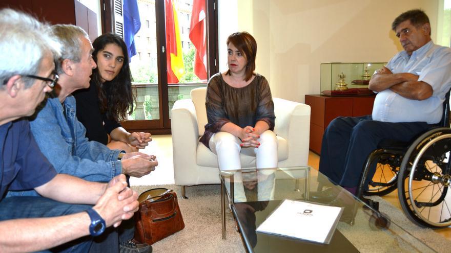 La presidenta del Parlamento, en el centro, en su reunión con Sleroy (a la derecha en la imagen).