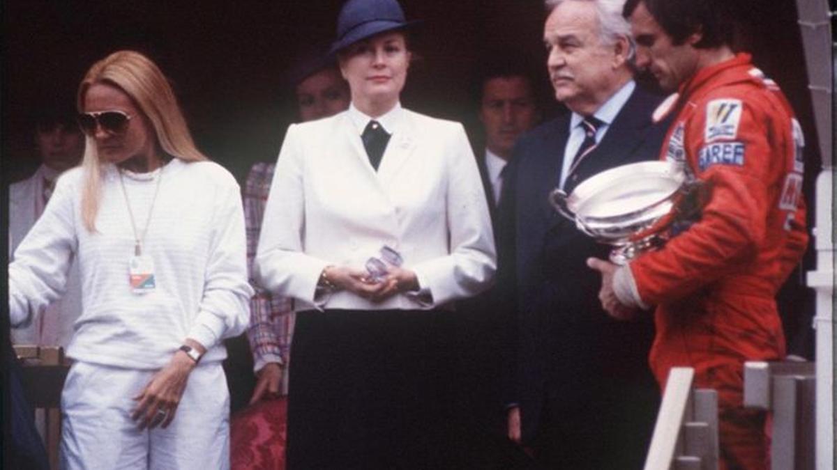 El príncipe Rainiero le entregó el trofeo a Carlos Reutemann tras la victoria en Mónaco 1980.