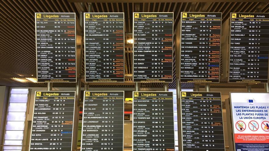Panel con los vuelos cancelados y retrasados en el aeropuerto Madrid-Barajas tras detectar la presencia de drones en el espacio aéreo / Analía Plaza