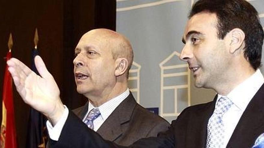 El ministro de Cultura, Jose Ignacio Wert, y el matador de toros Enrique Ponce en la presentación del Plan Pentauro (Plan Estratégico Nacional de Fomento de la Tauromaquia). EFE