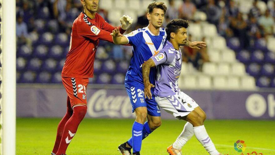 El portero Dani Hernández y el defensa Luis Pérez del CD Tenerife durante el encuentro frente al Real Valladolid.