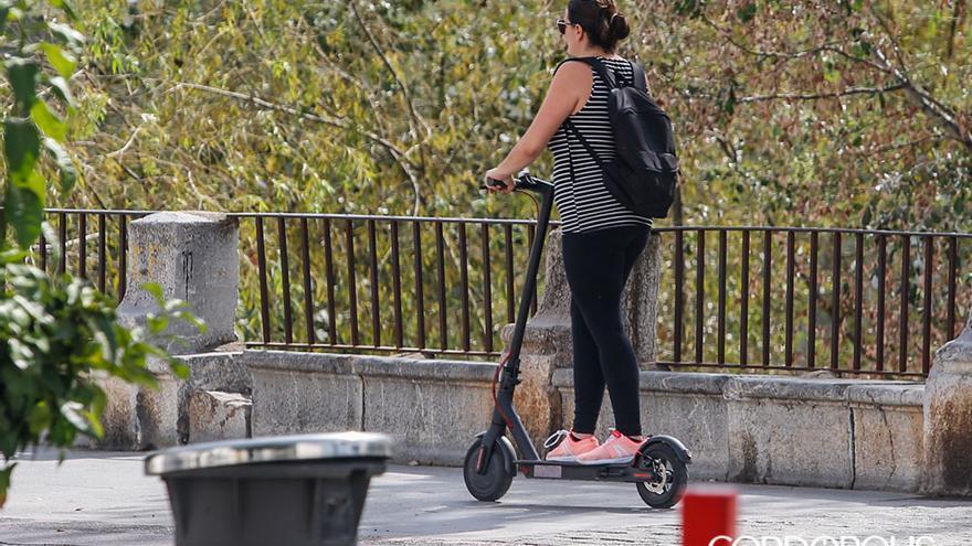 Una mujer conduce un patinete eléctrico | TONI BLANCO