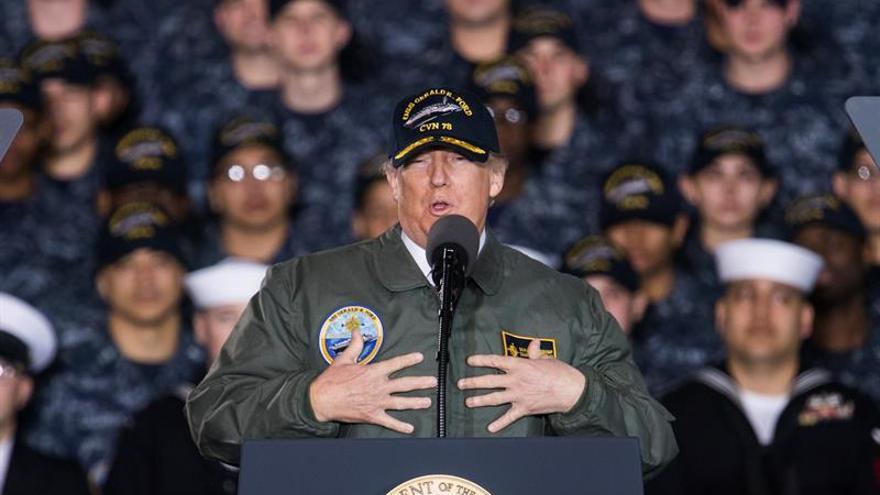 """Trump anuncia el """"gran resurgir"""" militar de EE.UU. en un portaaviones nuclear"""