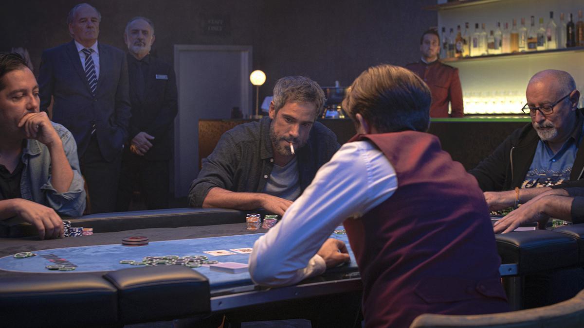 Unax Ugalde en una partida de póker en 'Ana Tramel. El juego'