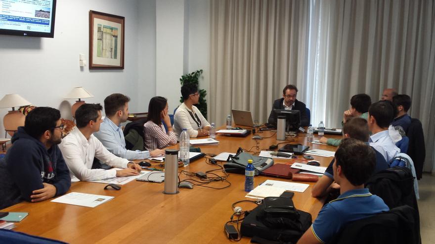 El consejero García Brink con el grup de ingenieros