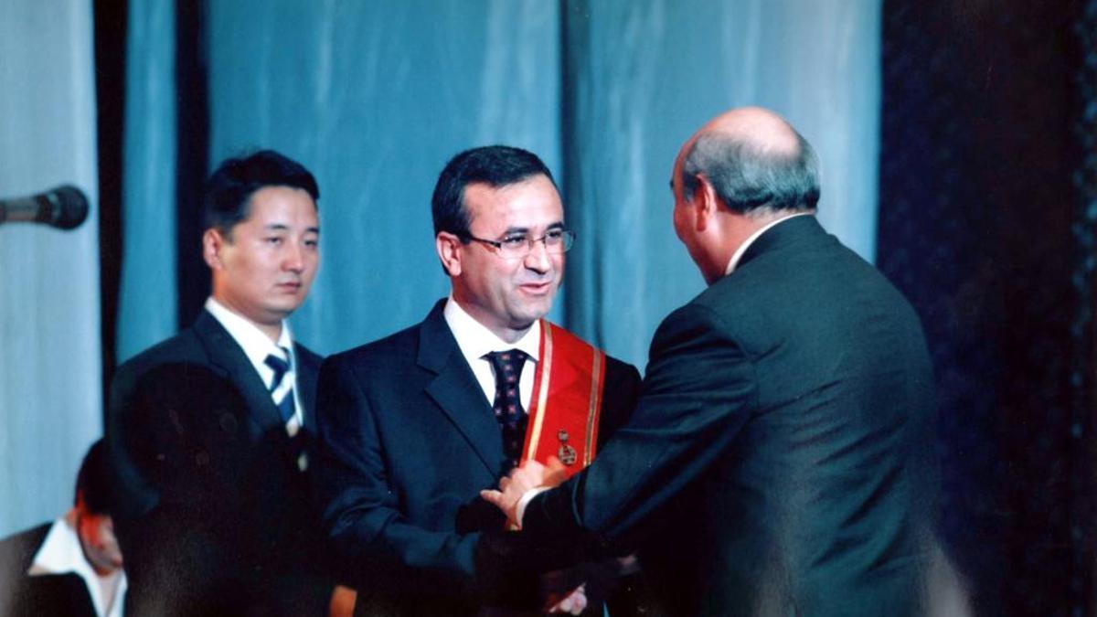 Imagen de Orhan Inando (en el centro) durante un evento celebrado en Kirguistán