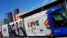 Tranvía con la promoción del Love Festival.