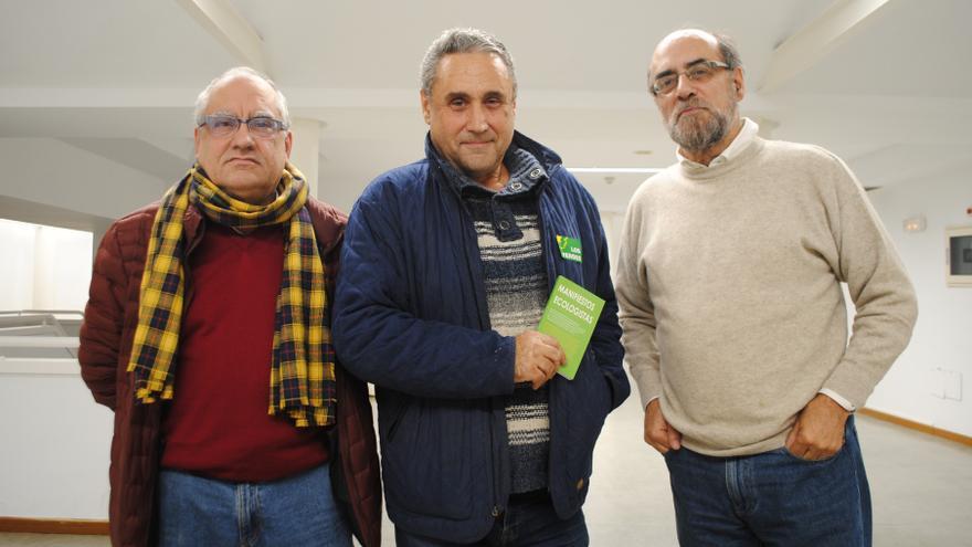 Esteban Cabal (en el centro) con miembros de Los Verdes-Grupo Verde, el pasado lunes en Madrid