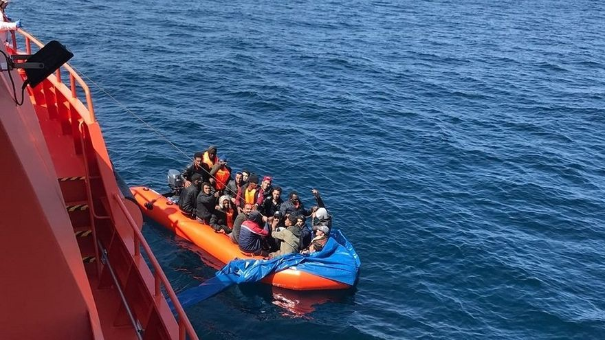 Rescatadas un total de 30 personas en tres pateras en aguas del Estrecho