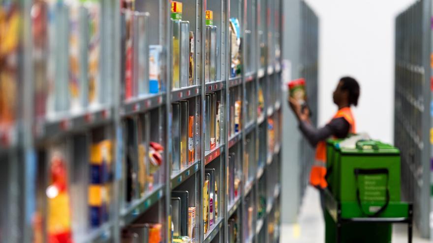 Una operaria en un almacén de Amazon.