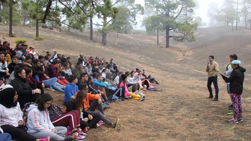 Momento de la cita convocada con la juventud en los montes de Guía de Isora